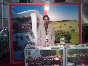 Antonio atendiendo el mostrador de La Alpujarra