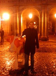 Antonio en la Plaza Mayor de Madrid junto a una de las vacas de la Cow Parade