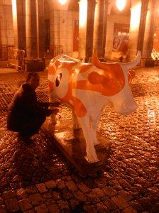 Ángel ordeñando una de las vacas.