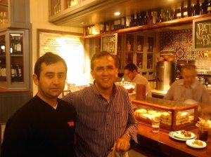 Angel y Salvador en las tabernas del centro de Sevilla
