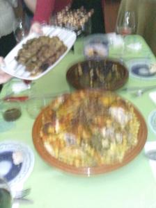 Pinchos morunos, pollo asado con cuscús y tajín de ternera